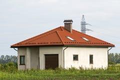 Νέο χτισμένο μην βιωμένο ακόμα γκρίζο σπίτι ένας-καταστημάτων με την επικεράμωση της στέγης, π στοκ εικόνες με δικαίωμα ελεύθερης χρήσης