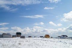 Νέο χωριό των εξοχικών σπιτιών στο μπλε υπόβαθρο στροφής Στοκ εικόνα με δικαίωμα ελεύθερης χρήσης