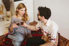Νέο ψήσιμο ζευγών με τα γυαλιά κοκτέιλ στο σπίτι Στοκ Φωτογραφίες