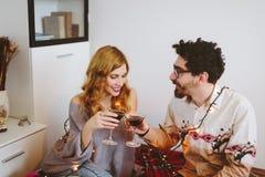 Νέο ψήσιμο ζευγών με τα γυαλιά κοκτέιλ στο σπίτι Στοκ Φωτογραφία