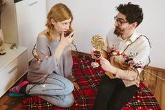 Νέο ψήσιμο ζευγών με τα γυαλιά κοκτέιλ στο σπίτι Στοκ Εικόνες