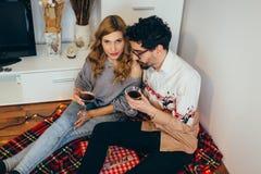 Νέο ψήσιμο ζευγών με τα γυαλιά κοκτέιλ στο σπίτι Στοκ εικόνες με δικαίωμα ελεύθερης χρήσης