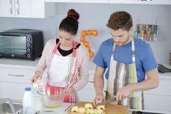 Νέο ψήσιμο ζευγών στην κουζίνα Στοκ εικόνα με δικαίωμα ελεύθερης χρήσης