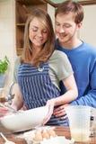 Νέο ψήσιμο ζεύγους στην κουζίνα από κοινού Στοκ Εικόνες