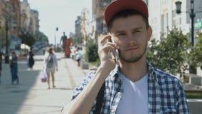 Νέο όμορφο άτομο που μιλά στο τηλέφωνο απόθεμα βίντεο