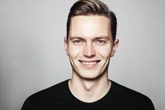 Νέο όμορφο άτομο που χαμογελά σε σας Στοκ φωτογραφίες με δικαίωμα ελεύθερης χρήσης
