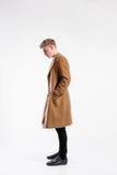 Νέο όμορφο άτομο hipster στο καφετί παλτό, πυροβολισμός στούντιο Στοκ φωτογραφίες με δικαίωμα ελεύθερης χρήσης