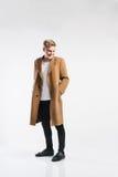Νέο όμορφο άτομο hipster στο καφετί παλτό, πυροβολισμός στούντιο Στοκ φωτογραφία με δικαίωμα ελεύθερης χρήσης