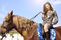 Νέο όμορφο άλογο οδήγησης brunette και κράτημα των ηνίων υπαίθριων στοκ εικόνες με δικαίωμα ελεύθερης χρήσης