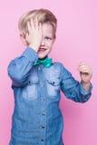 Νέο όμορφο αγόρι με τον μπλε δεσμό πουκάμισων και πεταλούδων Πορτρέτο στούντιο πέρα από το ρόδινο υπόβαθρο Στοκ Φωτογραφίες