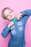 Νέο όμορφο αγόρι με τον μπλε δεσμό πουκάμισων και πεταλούδων Πορτρέτο στούντιο πέρα από το ρόδινο υπόβαθρο Στοκ Εικόνες