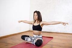 Νέο όμορφο αθλητικό κορίτσι που ασκεί την εσωτερική συνεδρίαση γιόγκας σε Ardha Padmasana, μισή στάση Lotus Στοκ εικόνες με δικαίωμα ελεύθερης χρήσης
