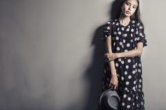 Νέο όμορφο ασιατικό κορίτσι κοριτσιών μόδας πρότυπο με το καπέλο Στοκ φωτογραφία με δικαίωμα ελεύθερης χρήσης