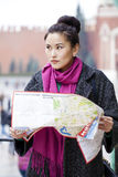 Νέο όμορφο ασιατικό κορίτσι που κρατά έναν χάρτη τουριστών της Μόσχας Στοκ εικόνες με δικαίωμα ελεύθερης χρήσης