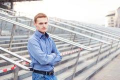 Νέο όμορφο βέβαιο άτομο που εξετάζει σας Στοκ φωτογραφία με δικαίωμα ελεύθερης χρήσης