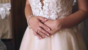 Νέο όμορφο γαμήλιο φόρεμα φορεμάτων νυφών απόθεμα βίντεο