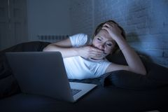 Νέο όμορφο Διαδίκτυο έθισε την άϋπνη και κουρασμένη γυναίκα που εργάζεται στο lap-top στο κρεβάτι αργά τη νύχτα Στοκ φωτογραφία με δικαίωμα ελεύθερης χρήσης