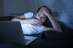 Νέο όμορφο Διαδίκτυο έθισε την άϋπνη και κουρασμένη γυναίκα που εργάζεται στο lap-top στο κρεβάτι αργά τη νύχτα Στοκ φωτογραφίες με δικαίωμα ελεύθερης χρήσης