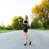 Νέο όμορφο λεπτό κορίτσι με ένα lap-top Στοκ Εικόνες