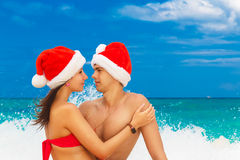 Νέο όμορφο ζεύγος ερωτευμένο έχοντας τη διασκέδαση στο ντυμένο κύματα ι Στοκ Εικόνες