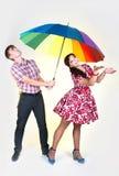 Νέο όμορφο ζεύγος κάτω από τη ζωηρόχρωμη ομπρέλα Στοκ εικόνες με δικαίωμα ελεύθερης χρήσης