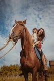 Νέο όμορφο ζεύγος με ένα άλογο φιλτραρισμένος Εκλεκτική εστίαση Στοκ Εικόνες
