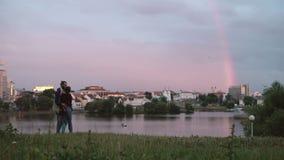 Νέο όμορφο ζεύγος που έχει τη διασκέδαση μαζί στην ακτή του ποταμού το βράδυ Αγκάλιασμα ανδρών και γυναικών Hipster απόθεμα βίντεο