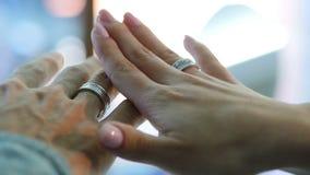 Νέο όμορφο ζεύγος που επιλέγει το γαμήλιο δαχτυλίδι στο κατάστημα κοσμήματος απόθεμα βίντεο