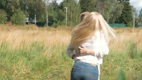 Νέο όμορφο ζεύγος που τρέχει για να συναντήσει ο ένας τον άλλον Αγκαλιάστε και περιστροφή απόθεμα βίντεο