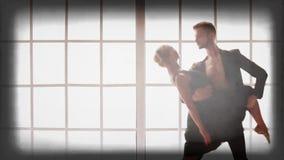 Νέο όμορφο ζεύγος που χορεύει στο στούντιο φιλμ μικρού μήκους