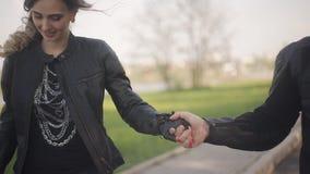 Νέο όμορφο ζεύγος στα σακάκια δέρματος που περπατά κατά μια ημερομηνία απόθεμα βίντεο