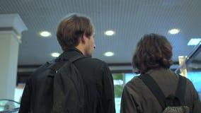 Νέο όμορφο ζεύγος στη λεωφόρο αγορών στην κυλιόμενη σκάλα απόθεμα βίντεο