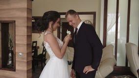 Νέο όμορφο ζεύγος το πρωί που παίρνει έτοιμο για τον εσωτερικό γάμο τους, σε αργή κίνηση απόθεμα βίντεο