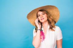 Νέο όμορφο θηλυκό που μιλά στο τηλέφωνο κυττάρων στο μπλε υπόβαθρο Στοκ φωτογραφίες με δικαίωμα ελεύθερης χρήσης
