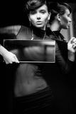 Νέο όμορφο θηλυκό με τον καθρέφτη που εξετάζει τη κάμερα Στοκ φωτογραφίες με δικαίωμα ελεύθερης χρήσης