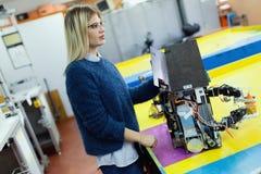 Νέο όμορφο θηλυκό ρομπότ δοκιμής μηχανικών στο εργαστήριο Στοκ Φωτογραφίες