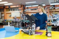 Νέο όμορφο θηλυκό ρομπότ δοκιμής μηχανικών στο εργαστήριο Στοκ Εικόνα