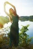 Νέο όμορφο θηλυκό brunette με τα όπλα που χορεύουν επάνω Στοκ Εικόνα