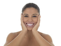 Νέο όμορφο και εξωτικό ισπανικό χαμόγελο γυναικών ευτυχές και που χαλαρώνουν απομονωμένος στο λευκό Στοκ Εικόνα