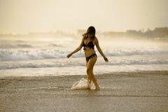 Νέο όμορφο και προκλητικό ευτυχές ασιατικό χαμόγελο γυναικών που χαλαρώνουν έχοντας τη διασκέδαση στην τροπική παραλία στο Μπαλί  Στοκ Φωτογραφίες
