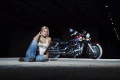 Νέο όμορφο κορίτσι με μια μοτοσικλέτα Στοκ Εικόνες