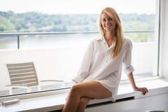 Νέο όμορφο κορίτσι με τη μακριά καφετιά τρίχα στο πουκάμισο λευκών στοκ εικόνες