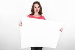 Νέο όμορφο κορίτσι με το άσπρο ορθογώνιο κομμάτι χαρτί Στοκ εικόνα με δικαίωμα ελεύθερης χρήσης