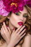 Νέο όμορφο κορίτσι με το στεφάνι λουλουδιών στοκ εικόνες