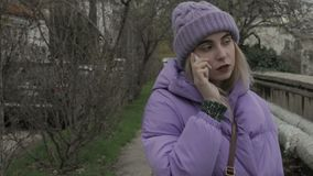 Νέο όμορφο κορίτσι με το smartphone, υπαίθριο απόθεμα βίντεο