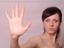 Νέο όμορφο κορίτσι που εμφανίζει χειρονομία στάσεων στοκ εικόνες με δικαίωμα ελεύθερης χρήσης