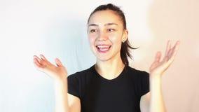 Νέο όμορφο κορίτσι που μιλά στην τηλεοπτική συνομιλία και ενεργά που φιλμ μικρού μήκους