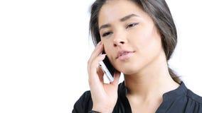 Νέο όμορφο κορίτσι που μιλά στο τηλέφωνο, πορτρέτο στοκ εικόνα