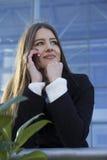 Νέο όμορφο κορίτσι που μιλά σε ένα κινητό τηλέφωνο στοκ φωτογραφία