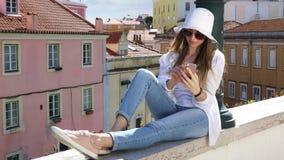 Νέο όμορφο κορίτσι που μιλά σε ένα κινητό τηλέφωνο απόθεμα βίντεο